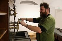 Pavel Mašláň z Muzea regionu Valašsko připravuje ve vsetínském zámku expozici nové výstavy Ve stínu pípy.