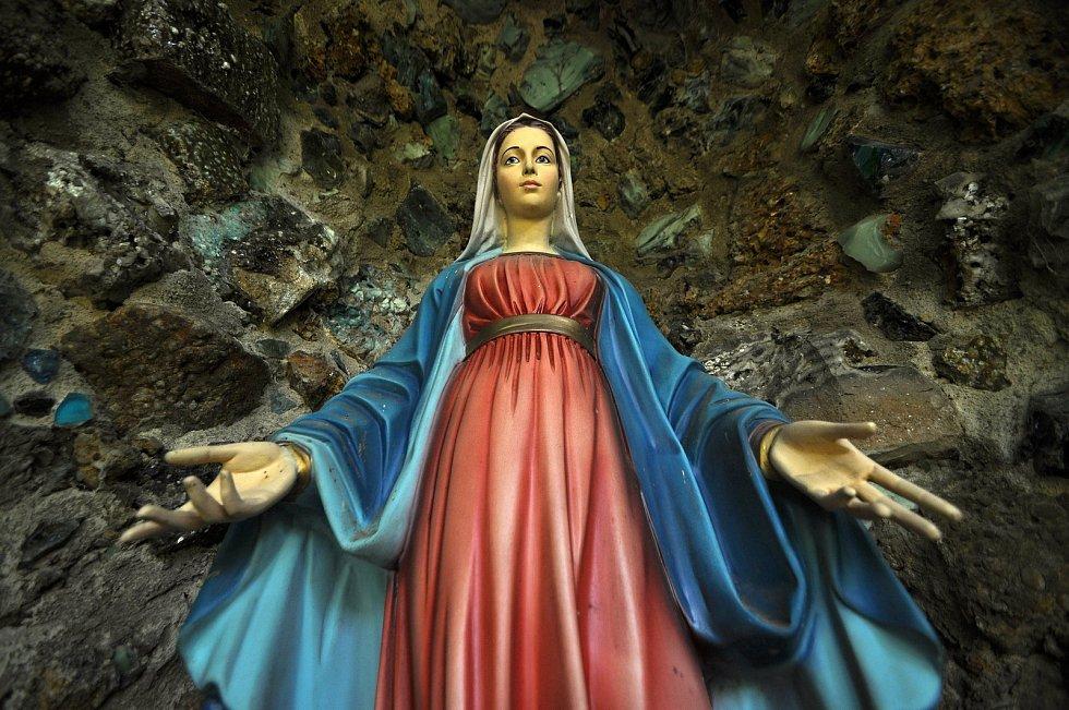 Zašová - soška Panny Marie v klášterní zahradě