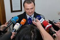 Před trestním senátem Krajského soudu v Praze stanul ve čtvrtek 41letý Luboš Lacina (s pruhovanou kravatou) z Valašského Meziříčí, kterému média přisoudila označení dálniční pirát.