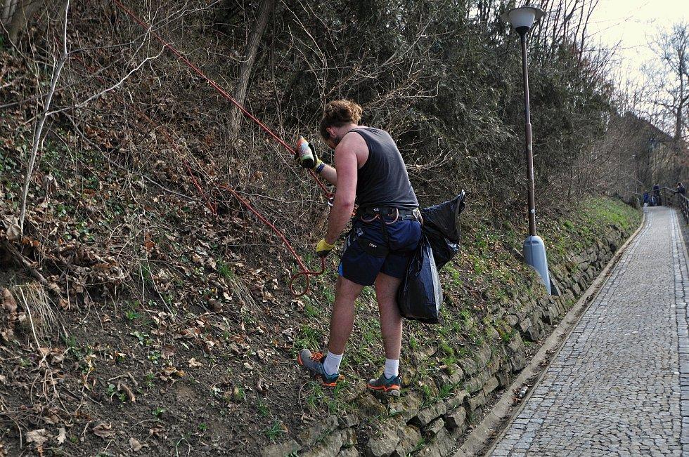 V prudkém svahu pod vsetínským zámkem si dobrovolníci při úklidu v rámci kampaně Ukliďme Česko museli vypomoci i horolezeckým vybavením; sobota 27. března 2021
