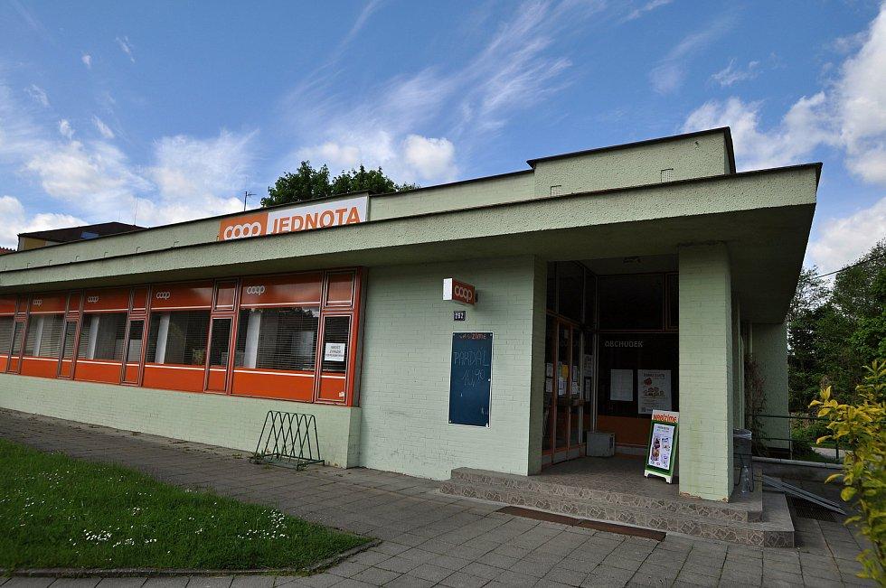 Prodejna potravin na návsi v Brankách.