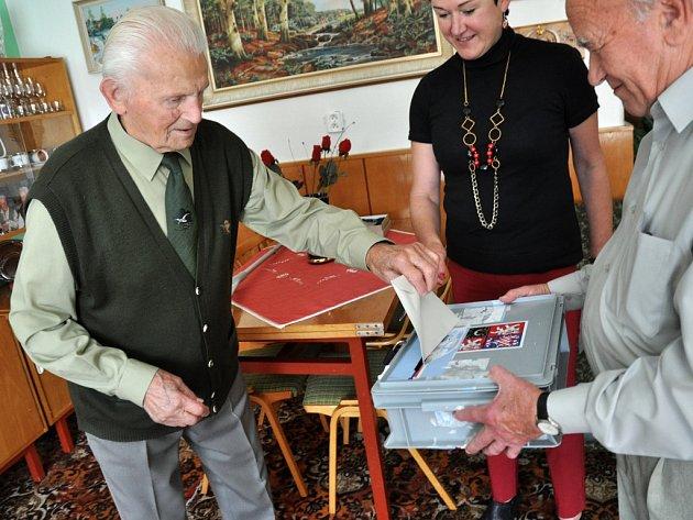 Stoletý Adolf Kubíček z Kateřinic, který je nejstarším stále aktivním myslivcem v České republice, vhazuje hlasovací lístek volební schránky při komunálních volbách do zastupitelstva obce Kateřinice.