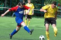 Fotbalisté Prostřední Bečvy (v modročerveném) doma v utkání 1. B třídy zdolali Podlesí 4:2.