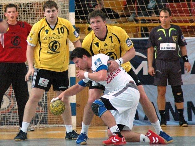 První zápas semifinále play off Zubří – Lovosice, ve žlutém zleva zuberští hráči Třeštík a Titkov.