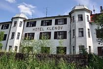 Chátrající hotel Klenov nad přehradou v Bystřičce na Vsetínsku; červen 2015.
