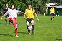Fotbalisté Hovězí (bílé dresy) si v boji o záchranu připsali cenné tři body v Podlesí.