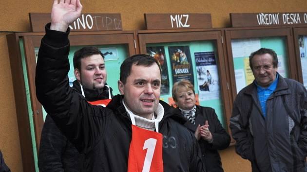 Jaroslav Němec z Bystré u Poličky zvítězil v soutěži v pojídání jitrnic na Kateřinském jarmarku v Hovězí na Vsetínsku; Hovězí, 24. listopadu 2012
