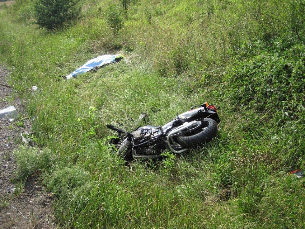 Tragické následky má dopravní nehoda motorky a osobního auta, která se stala dnes (pondělí 11. července) o půl třetí odpoledne u Poličné ve směru na obec Branky.