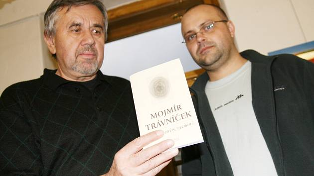 Trávníčkův svazek včera představili vydavatel Dalibor Malina (vlevo)