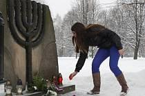 U pomníku po vypálené synagoze ve Vsetíně si v pondělí připomněli oběti holocaustu.