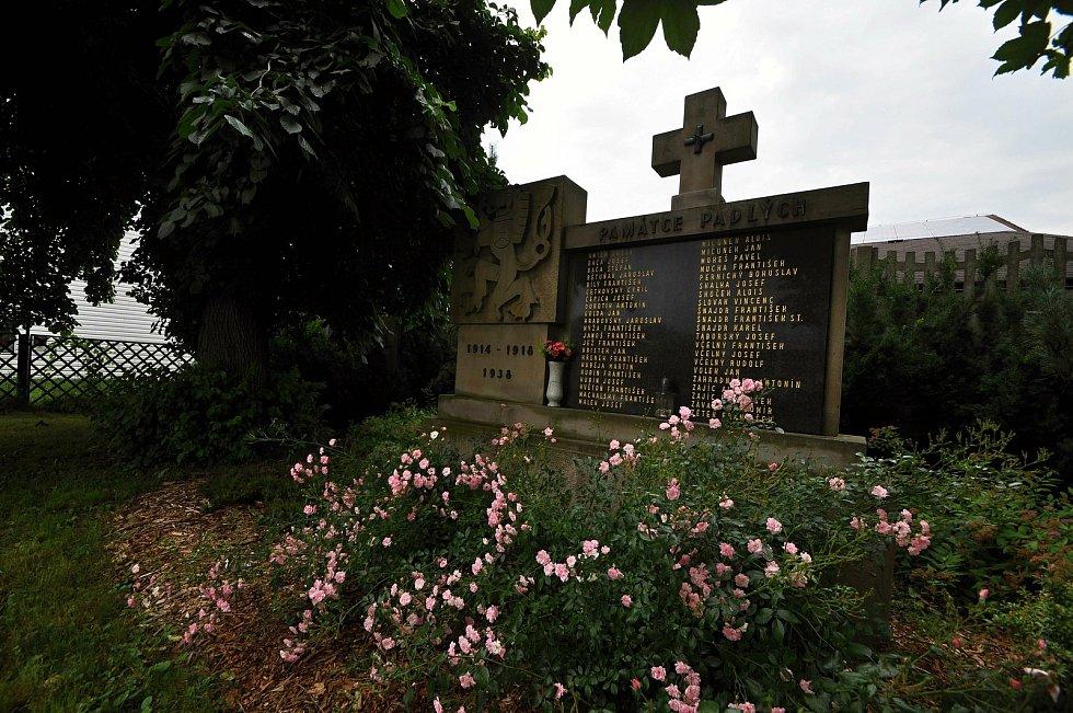 Poličná - památník obětem válek v centru Poličné