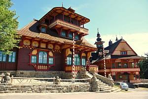 Obnovená chata Libušín na Pustevnách v Beskydech. Vlevo chata Maměnka; úterý 28. července 2020