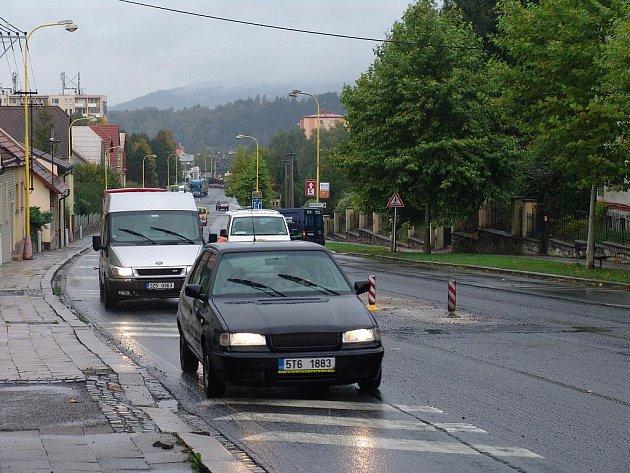 Kolony aut ve Valašském Meziříčí. Ilustrační foto.