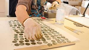 Nález nádoby se stovkami středověkých mincí v Ústí u Vsetína