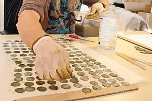 Nález několika stovek stříbrných pražských grošů ze 14. století nalezených v lese v Ústí u Vsetína.