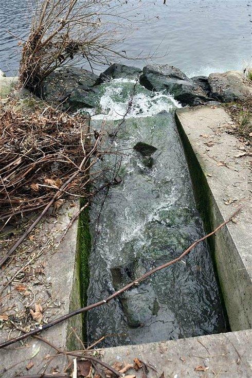 Výpusť, z níž do řeky Bečvy unikly neznámé látky; pátek 27. listopadu 2020
