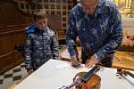 Vystoupení houslisty Jaroslava Svěceného a akordeonisty Ladislava Horáka vkostele Panny Marie Sněžné ve Velkých Karlovicích