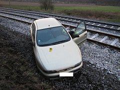 Osobní vůz Fiat Brava, který v pátek 11. prosince 2015 odpoledne havaroval do kolejiště u Bystřičky na Vsetínsku. Nehoda na patnáct minut přerušila dopravu na železnici.