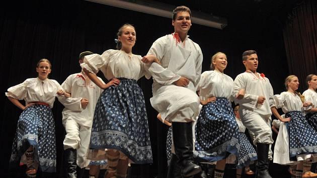 Nesoutěžní přehlídka valašských folklorních souborů s názvem Prameny v Janíkově stodole ve Valašském muzeu v přírodě v Rožnově pod Radhoštěm; sobota 11. října 2014.