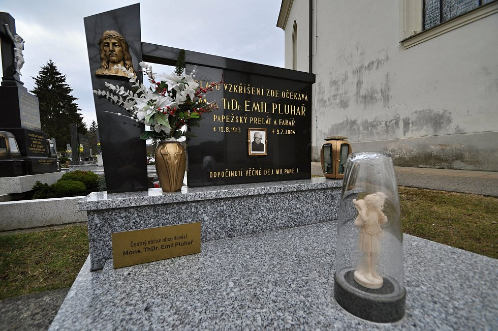 Hovězí - hrob čestného občana obce Hovězí ThDr. Emila Pluhaře. Emil Pluhař byl katolický kněz, teolog, profesor pastorální teologie, církevního práva a morální teologie, čestný papežský prelát a také politický vězeň komunistického režimu.