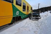 Jedenačtyřicetiletá řidička z Karolinky přehlédla v neděli 20. ledna 2019 blížící se vlak a s vozem Hyundai vjela na železniční přejezd. Souprava auto tlačila několik metrů před sebou.