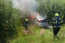 U požáru osobního automobilu v Lešné na Vsetínsku zasahovali v neděli 4. července kolem půl třetí odpoledne profesionální hasiči z Valašského Meziříčí s místními dobrovolnými hasiči.