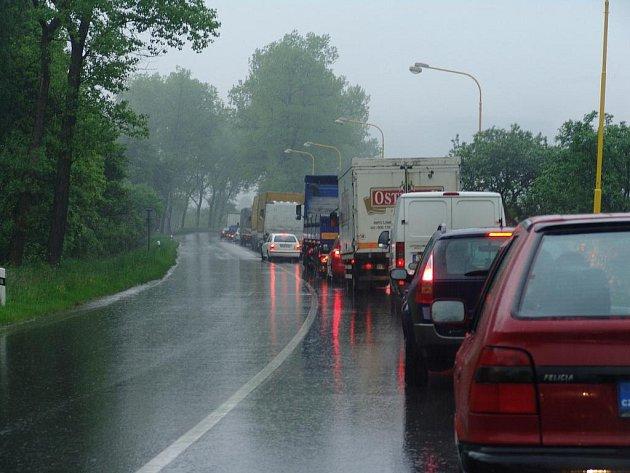 Na Bystřičce čekají v koloně řididiči i čtyřicet minut. Opravuje se tam totiž silnice. Opravy probíhají i ve Valašském Meziříčí.