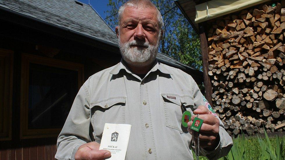 Jaromír Navrátil je dobrovolným strážcem CHKO Beskydy. Pulčínské skály mu učarovaly už v dětství. Je i okolí chrání už přes čtyřicet let. Na snímku staré (v rukou) i nové označení Stráže přírody.