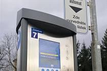 Parkovací automat s možností bezkontaktního placení v rožnovské ulici Sokolská.
