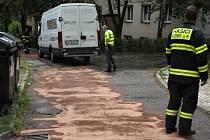Nafta uniklá z porouchaného auta se rozlila na ploše 40 metrů čtverečních; Rožnov pod Radhoštěm, pondělí 21. srpna 2017