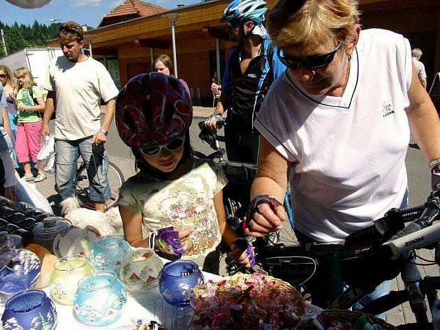 Sklenice, bižuterie, vázy a mnohé další výrobky ze skla obdivovali v sobotu lidé, kteří zavítali do Karolinky.