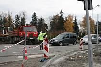 Dopravu v Rožnově komplikuje rekonstrukce křižovatky U Janíků a uzavírka mostu u Eroplánu. Provoz řídí policisté.