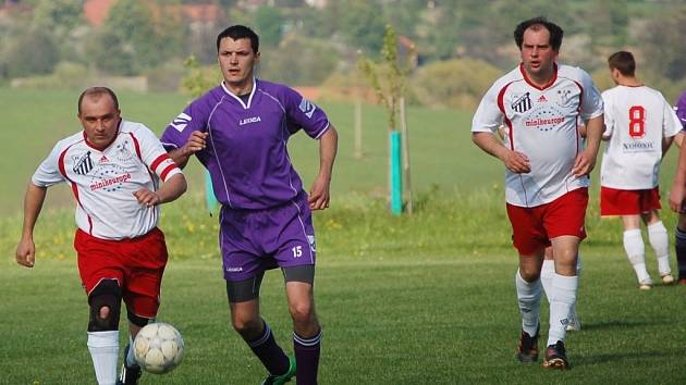 Vsetínská III. třída, fotbalisté Kateřinic B (bílé dresy).