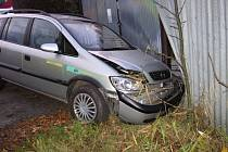 Stříbrný Opel naboural v úterý 1. listopadu 2016 do oplocení v Šfaříkové ulici ve Valašském Meziříčí.