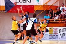 Házenkáři Gumáren Zubří (ve žlutých dresech) se do pohárové Evropy vracejí po roční pauze. Ve druhém kole Poháru EHF narazí na norský celek Drammen HK.