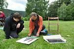 Šestnáctiletý student Sebastian Fiala (v černém) přijel na 13. Malířskou školu na Soláni až z Plzně. Na snímku konzultuje svou kresbu s lektorem Martinem Gajou; středa 8. července 2020