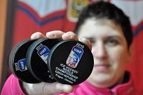 Jednatelka valašské firmy Gufex ukazuje první vzorky hokejových puků, s nimiž se bude hrát 79. mistrovství světa v ledním hokeji v Praze a Ostravě v květnu 2015.