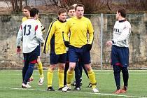 Fotbalisté Valašského Meziříčí (ve žlutém) vstoupili do jarní části výhrou s Dolním Benešovem (2:0)