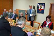 V zasedací síni obecního úřadu v Jablůnce se sešli starostové jedenácti obcí na Vsetínsku s vedením Zlínského kraje.