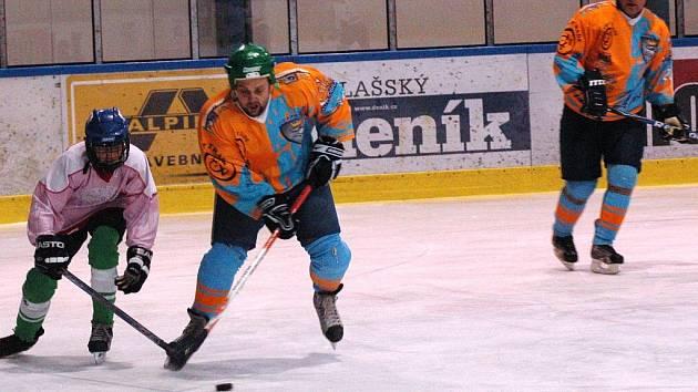 Pohár bobra- hokejisté HC Ratiboř (oranžové dresy).