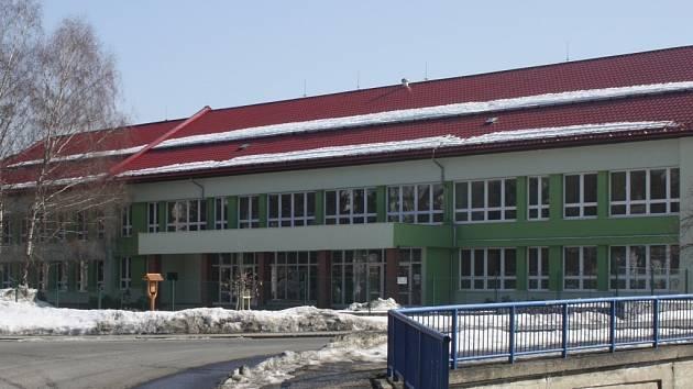 Učební pavilon základní školy v Liptále byl kvůli zvýšenému množství minerálních vláken v ozduší uzavřen. Ilustrační foto.
