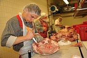 Soutěžící zpracovávají vepřové maso na celostátní soutěži mladých řezníků a uzenářů na Integrované střední škole - Centru odborné přípravy ve Valašském Meziříčí