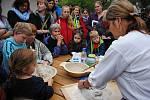 Farmářský den ve Valašském ekocentru patřil starým řemeslům. Příchozí si vyzkoušeli mlácení i mletí obilí, tkaní, praní na valše a další činnosti; Valašské Meziříčí, neděle 24. září 2017