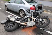 Vážným zraněním, které si vyžádalo letecký transport do nemocnice, skončil sobotní střet motorky s osobním autem ve Velkých Karlovicích.