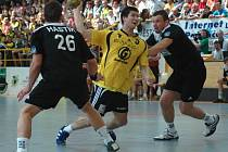 1. zápas finále Zubr extraligy v házené: Zubří - Karviná 25:27 (14:12). Na snímku domácí Robert Plšek v souboji s obranou Karviné.