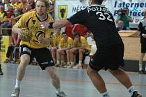 1. zápas finále Zubr extraligy v házené: Zubří - Karviná 25:27 (14:12). Zuberský hráč Ondřej Mika se probíjí přes karvinského pivota Romana Požárka.