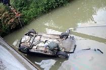 Auto přistálo na střeše v potoce v Kelči