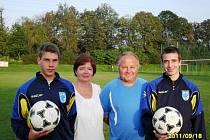 Fotbalisté Poličné, bratři Martin a Pavel Klvaňové se svými rodiči.