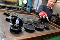 Ve firmě Gufex v Kateřinicích kompletují v těchto dnech dodávku puků pro hokejové mistrovství světa v ledním hokeji, které se uskuteční na přelomu dubna a května na Slovensku.