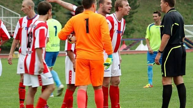 Fotbalisté Hoorní Lidče (červenobílé dresy) doma prohráli s Kalčí 1:2 po penaltách.